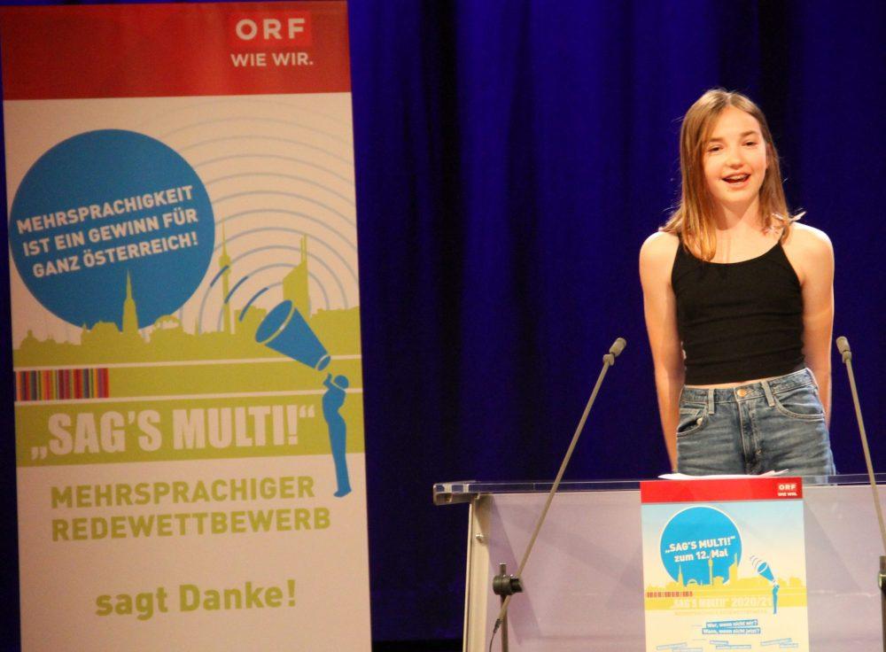 Jugendliche am Redepult: Karolina Zimmermann
