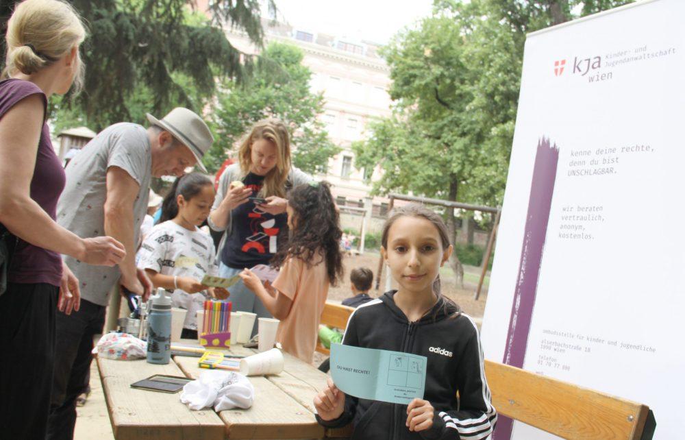 Einige Kinder zeigen ihren Kinderrechte-Pass mit Stempeln für absolvierte Stationen