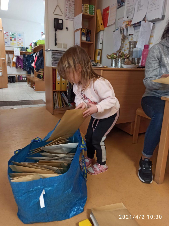 Kinder packen Zeichnungen n Kuverts und diese in Kartons