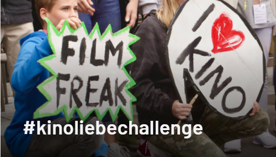 Kinder mit Plakaten wie Filmfreak oder