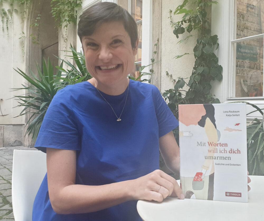 Autorin mit ihrem neuesten Buch