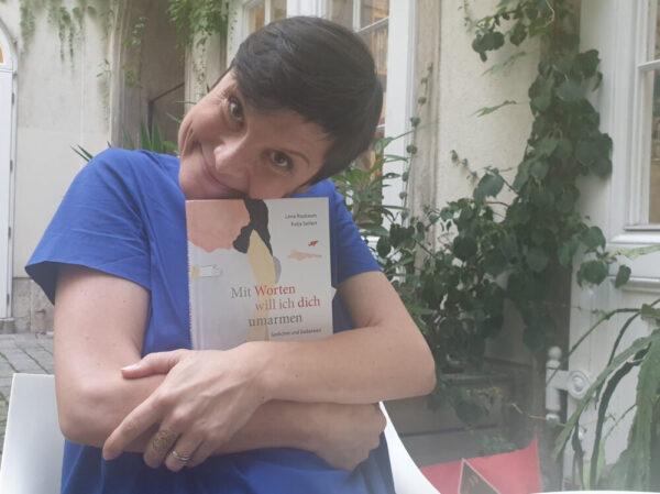 """Autorin umarmt ihr Buch """"Mit Worten will ich dich umarmen"""""""