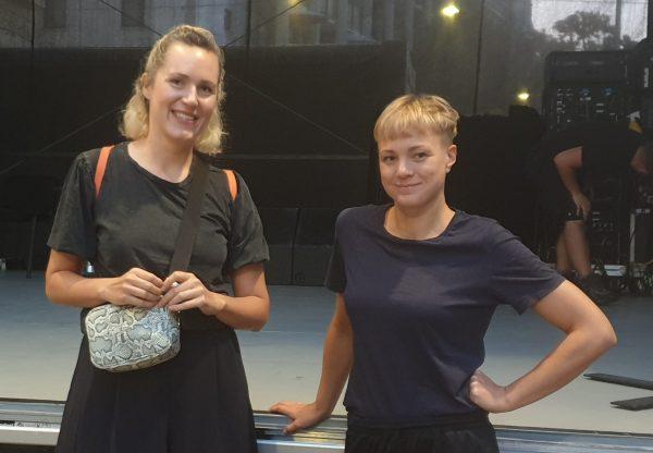 Die beiden Autorinnen Barbi Marković und Maria Muhar vor der Bühne in der Muthsamgasse (Wien-Penzing)