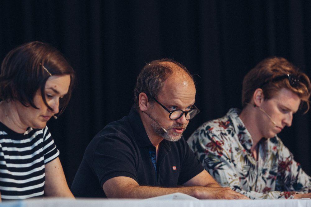 Drei Schauspieler:innen lesen aus dem Siegertext: Yvonne Klamant, Helmut Pucher und Christoph Steiner