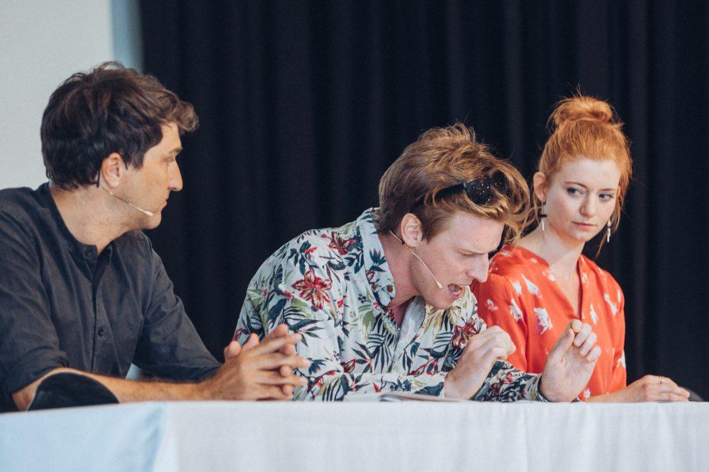 Vier Schauspieler:innen lesen aus dem Siegertext: Martin Niederbrunner, Christoph Steiner, Simone Leski und Lisa Rothhardt