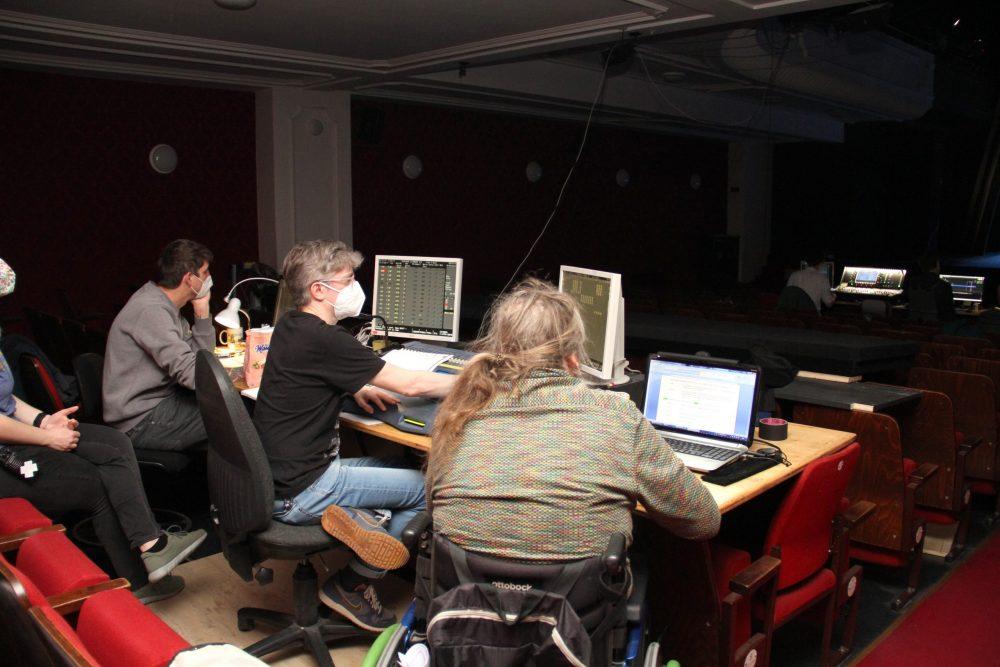 Langes Brett über eine Publikumssitzreihe mit Computern. Von hier aus wird die Lichttechnik gesteuert