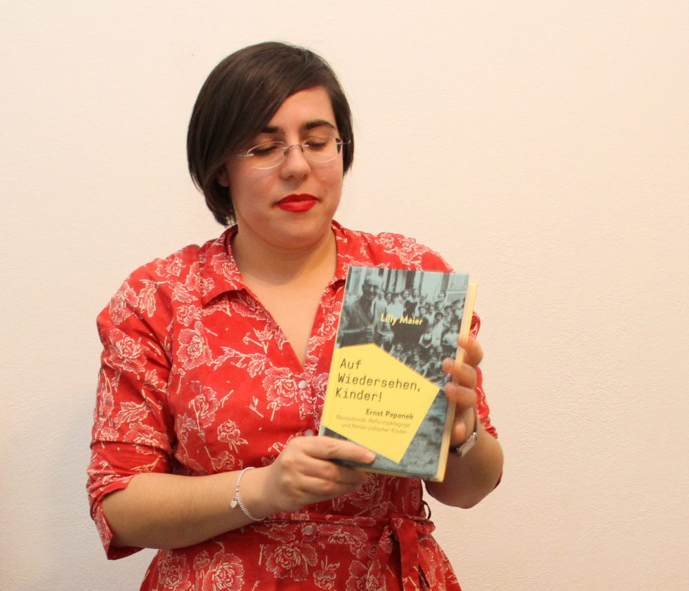Die Autorin mit ihrem neuen Buch