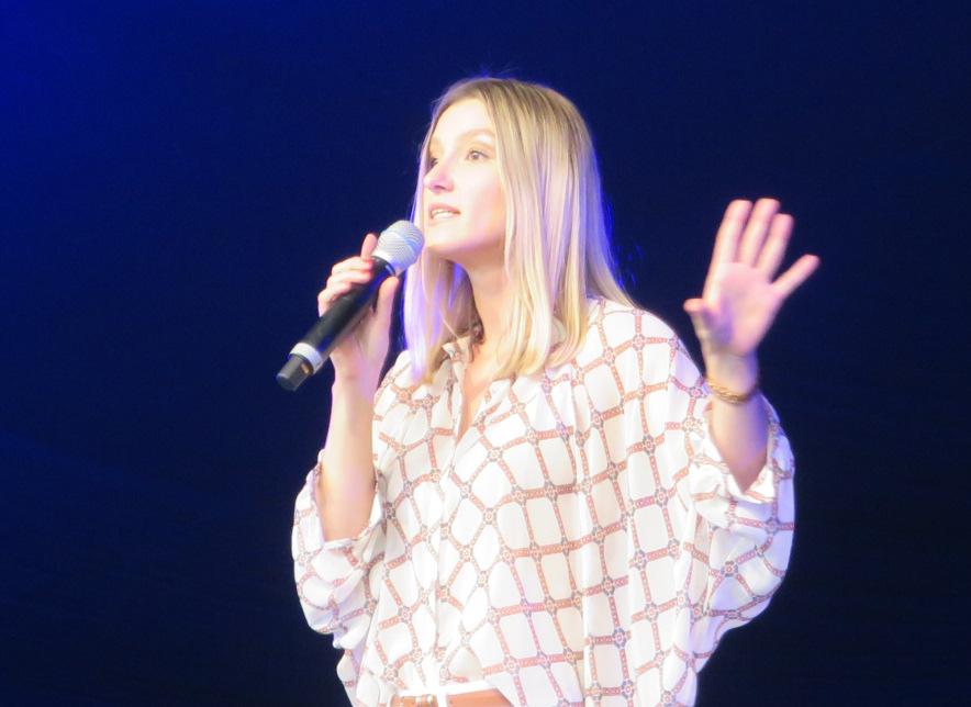 Kabarettistin Malarina auf der Bühne im Schwechater Felmayergarten