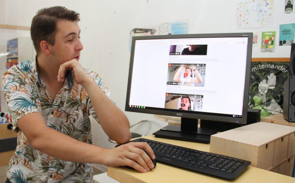 19-jähriger Marcel Asanović und die Seite mit seinen Videos auf em PC-Monitor