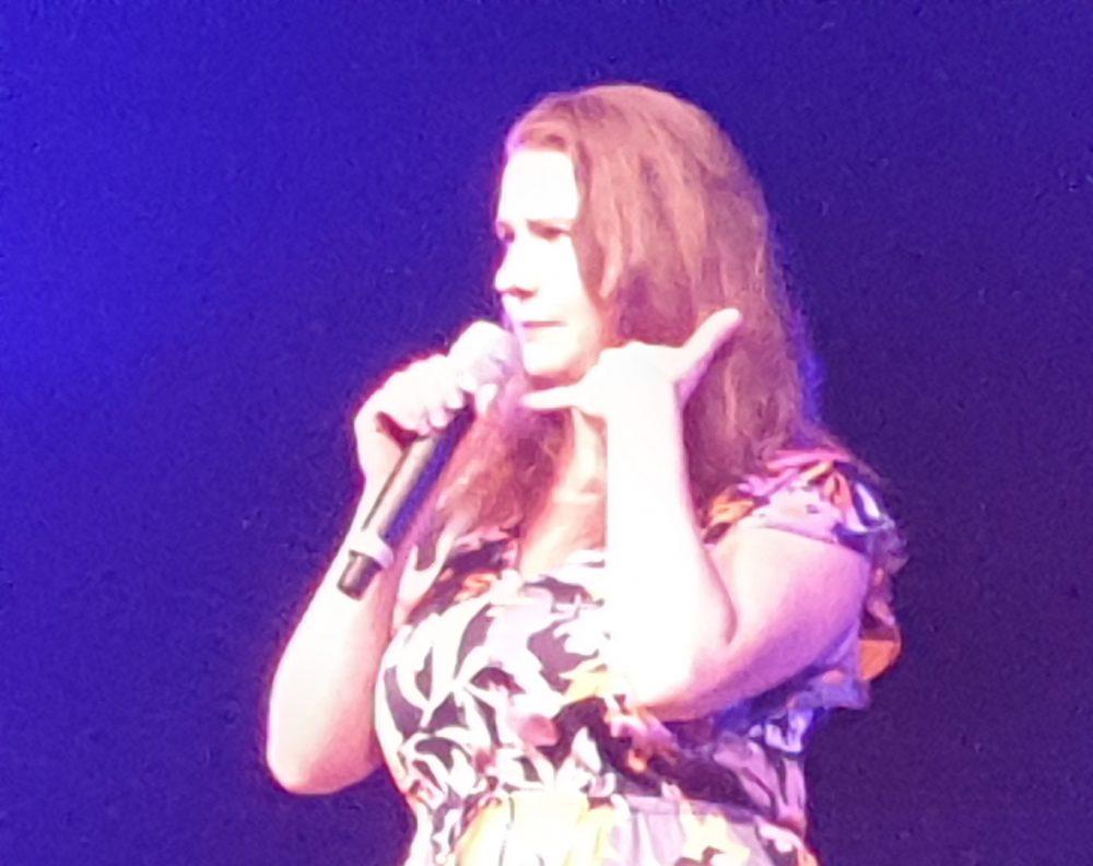 Kabarettistin Isabel Meili auf der Bühne im Schwechater Felmayergarten