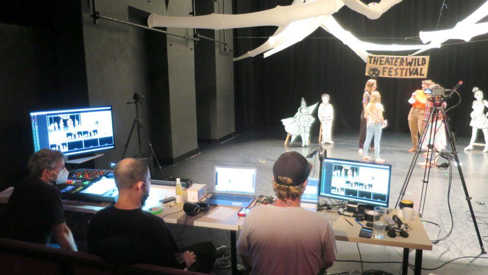 Blick auf die drei Moderatorinnen und das Regiepult