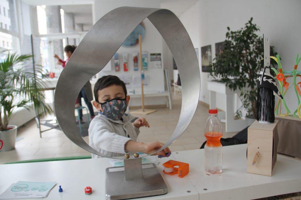 Es gibt kein Außen oder Innen: Moebius-Schleife: Spielerisch experimentieren im Wissens°Raum des Science Center Netzwerks