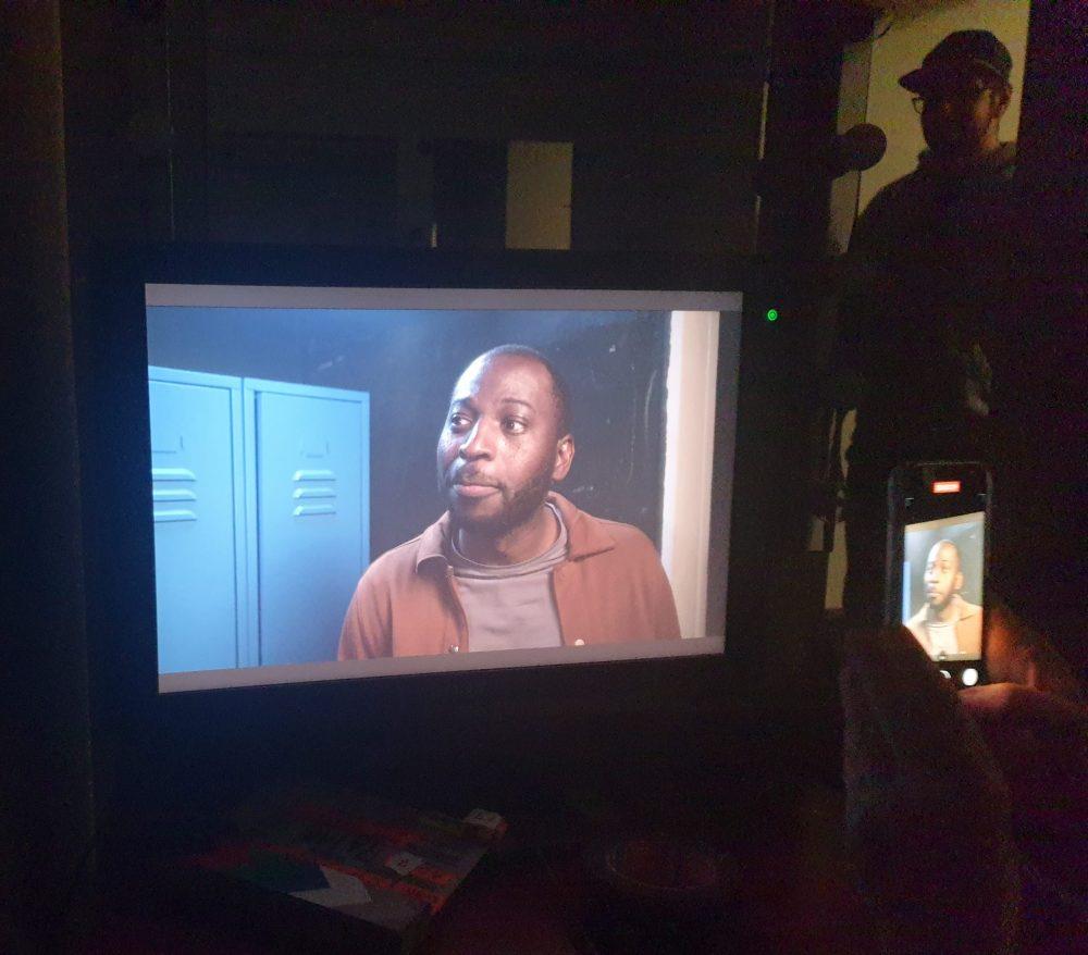 Schauspieler im Monitor
