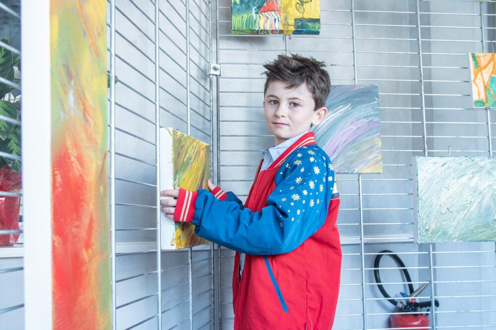 Arthur verkauft seine Bilder, um für die Obdachlosen seiner Stadt zu sammeln. Er träumt davon, einmal ein Zuhause für die Menschen auf der Straße zu schaffen