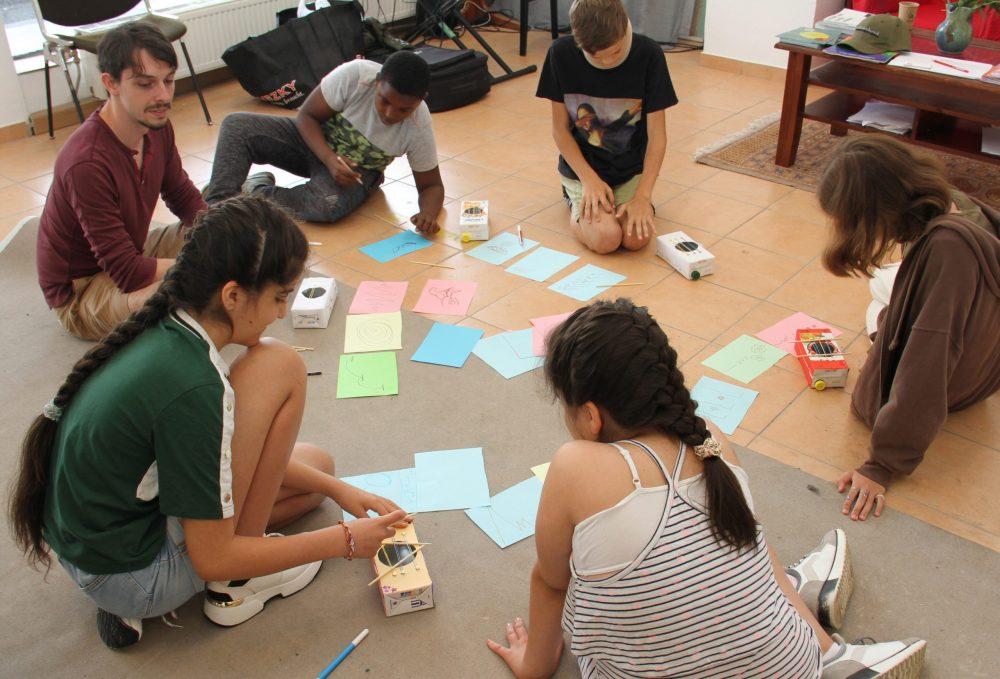 Die Workshop-Teilnehmer*innen zeichnen graphisch ihre Kompositionen