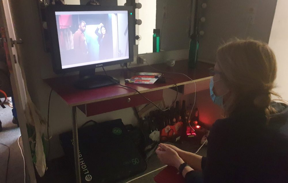 Regisseurin mit Kontroll-Monitor