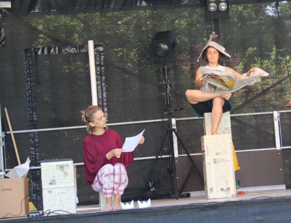 """Szenenfoto aus """"Ahoi Koi"""", ein Stück, in dem mit Papier gefaltet und gespielt wird"""
