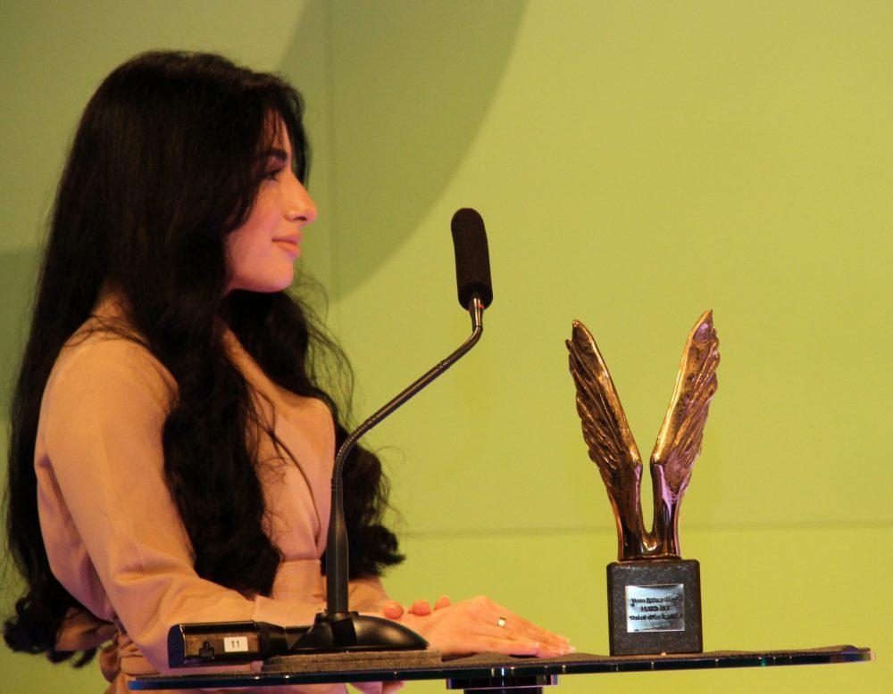 Eine Jugendliche: Parisa Norzehi mit der bronzenen Merkur-Statue