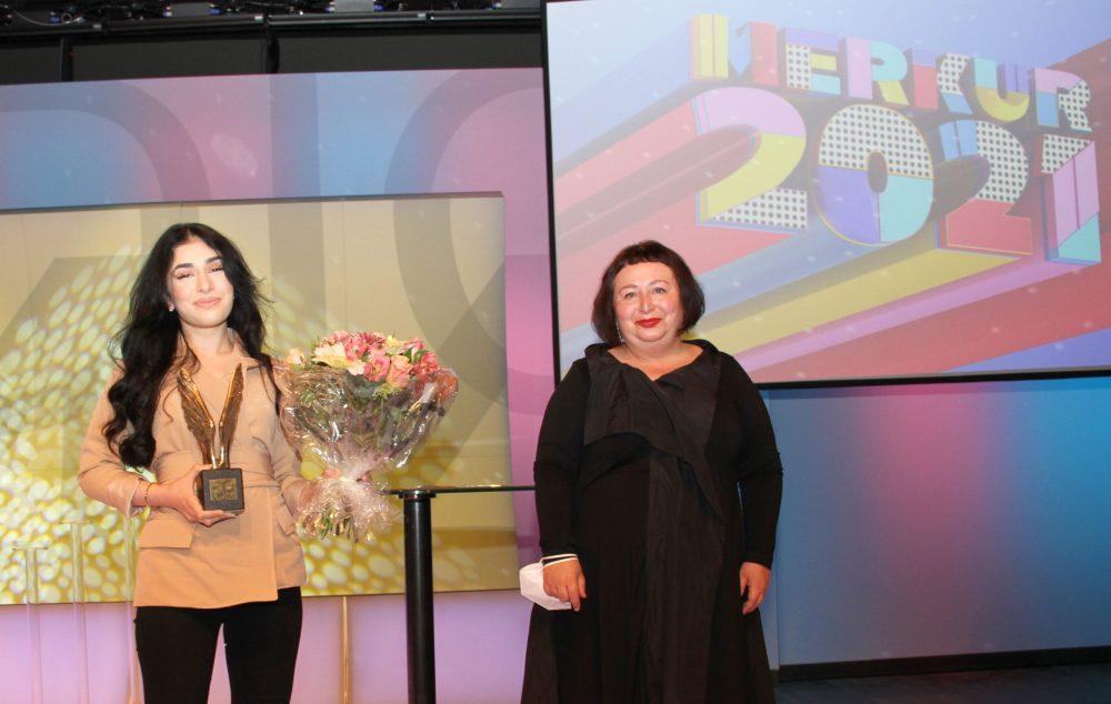 Eine Jugendliche: Parisa Norzehi mit der bronzenen Merkur-Statue und der Laudatorin, der Schriftstellerin Julya Rabinowich