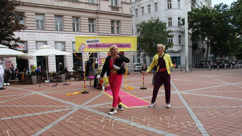 Performance zweier Künstlerinnen mit Dialogen rund um systemrelevante und vor allem Frauen-Arbeit
