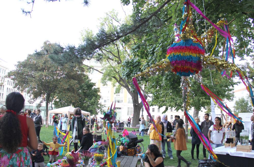 Kinder schagen auf eine bunte Karton-Piñata