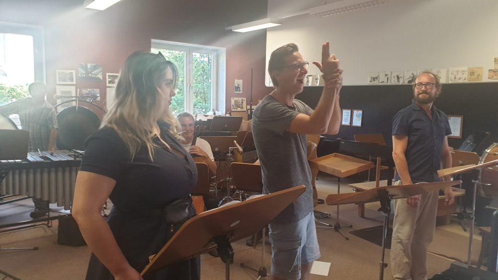 Foto von musikalischen Proben für die Aufführungen