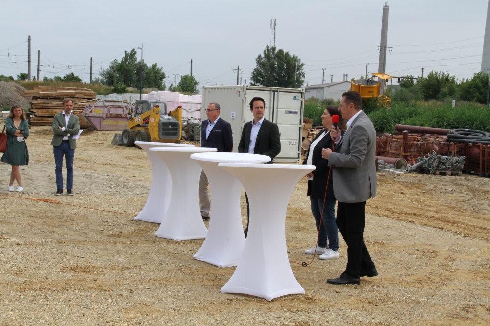 Medien-Gespräch: Stadträt*innen, Bezirksvorsteher und Geschäftsführer der Baufirma erklären das Projekt, viele hören zu