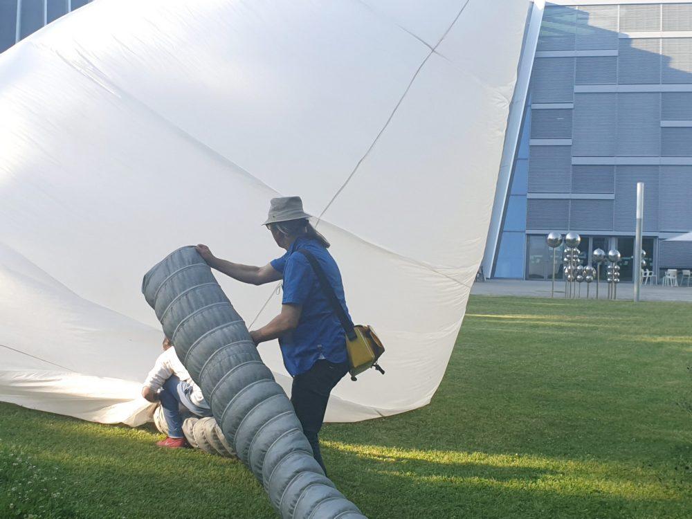 Riesenpolsterförmiges Luftobjekt auf einer Wiese im Park der Anton-Bruckner-Privatuni Linz