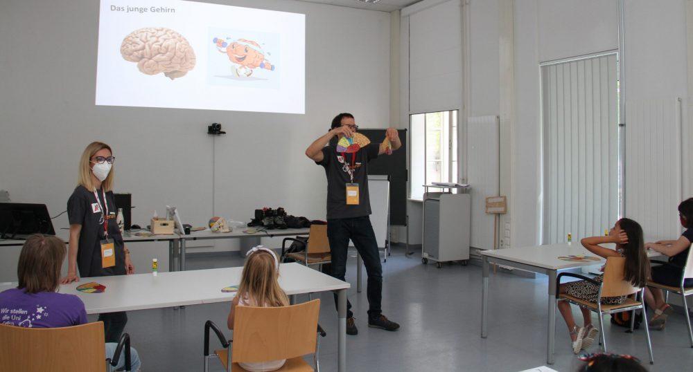 Lehrender mit den Papier-Bastel-Bögen