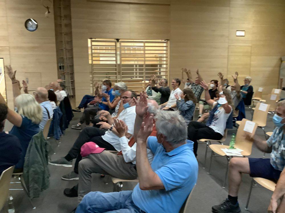 Applaus in Gebärdensprache mit hocherhobenen Hände wackeln