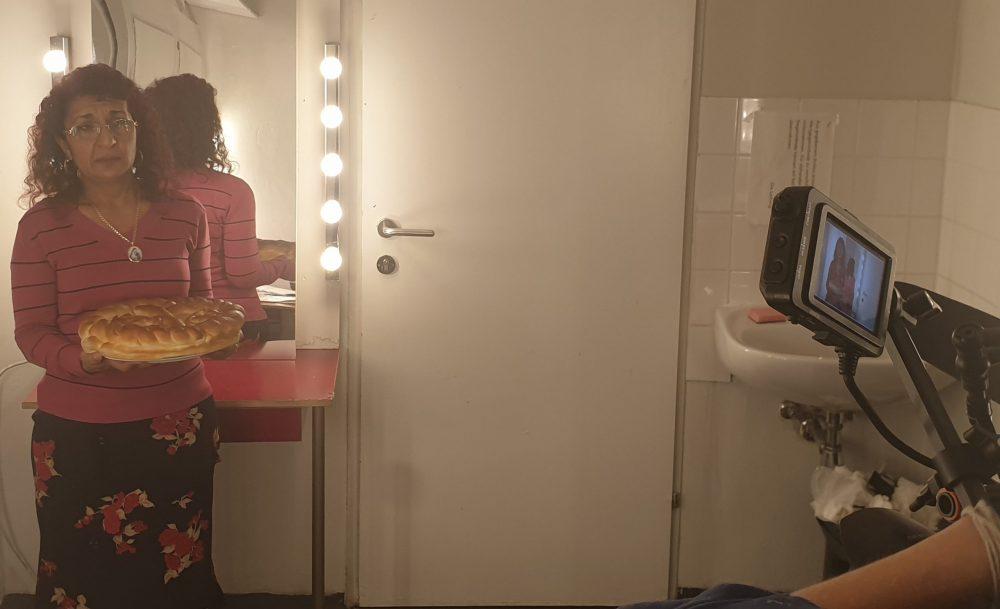 Schauspielerin mit Kuchen