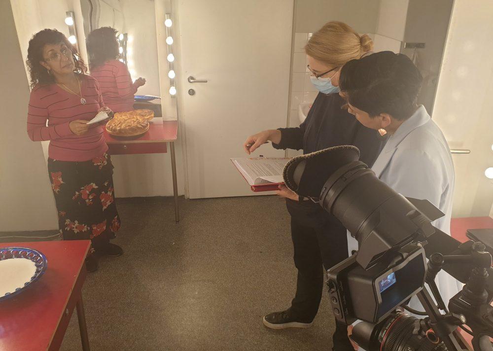 Schauspielerin mit Kuchen und Regisseurin