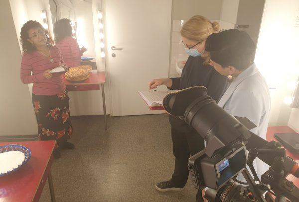 Regisseurin mit zwei Schauspielerinnen und Kamera