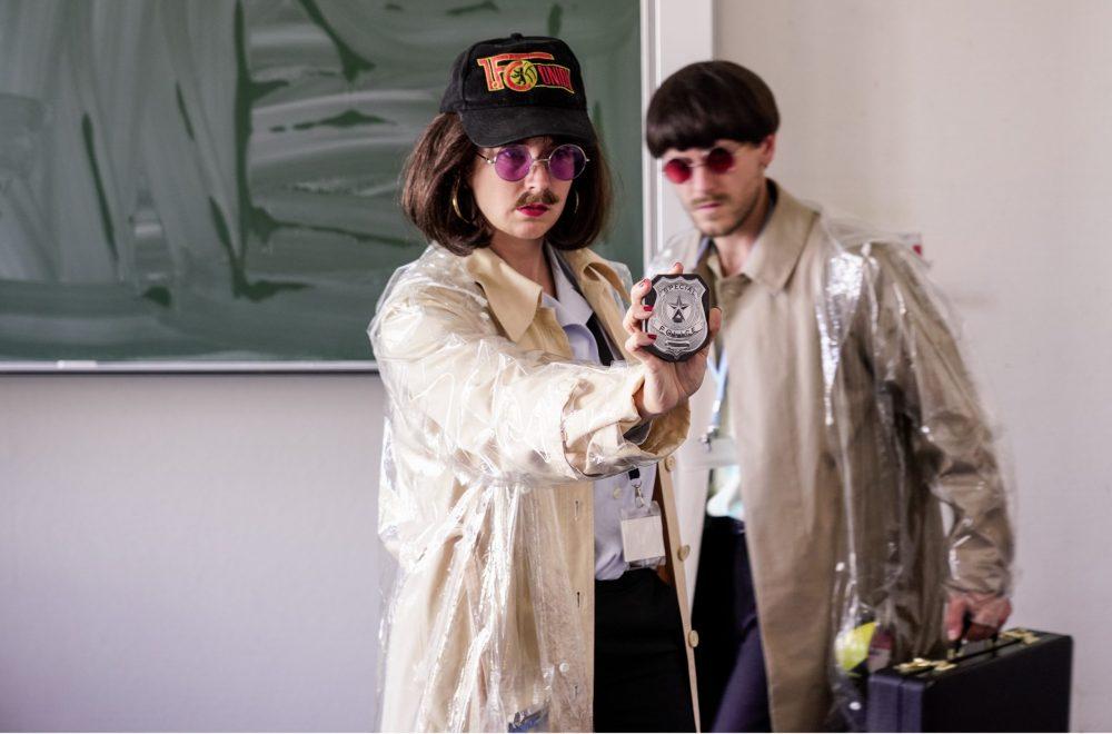Schauspel-Duo in Polizei-Verkleidung: Laura Eichten und Nazim Dario Neunman. Sie spielen das Klassenzimmertheaterstück