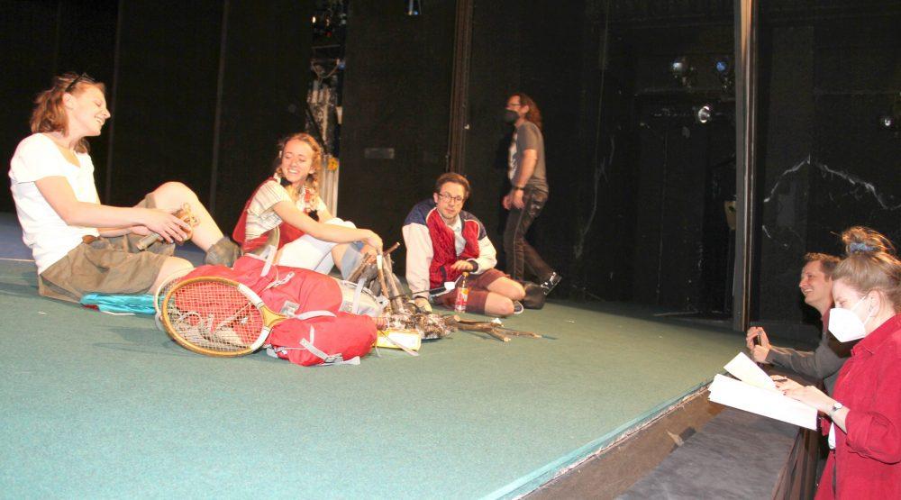Regieleute vor der Bühne, Schauspiel-Trio auf dre Bühne