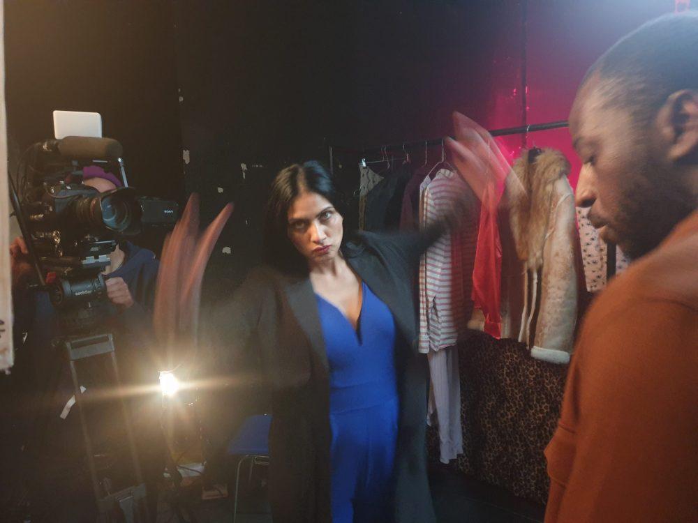 Regisseurin mit dem Schauspiel-Duo, as ein streitendes Ehepaar spielen wird