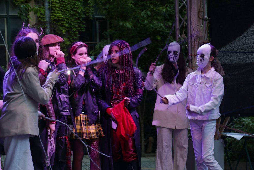 """Szenenfoto von """"Die Rote Zora"""", gespielt von Jugendlichen auf der Hofbühne im Wiener WuK"""