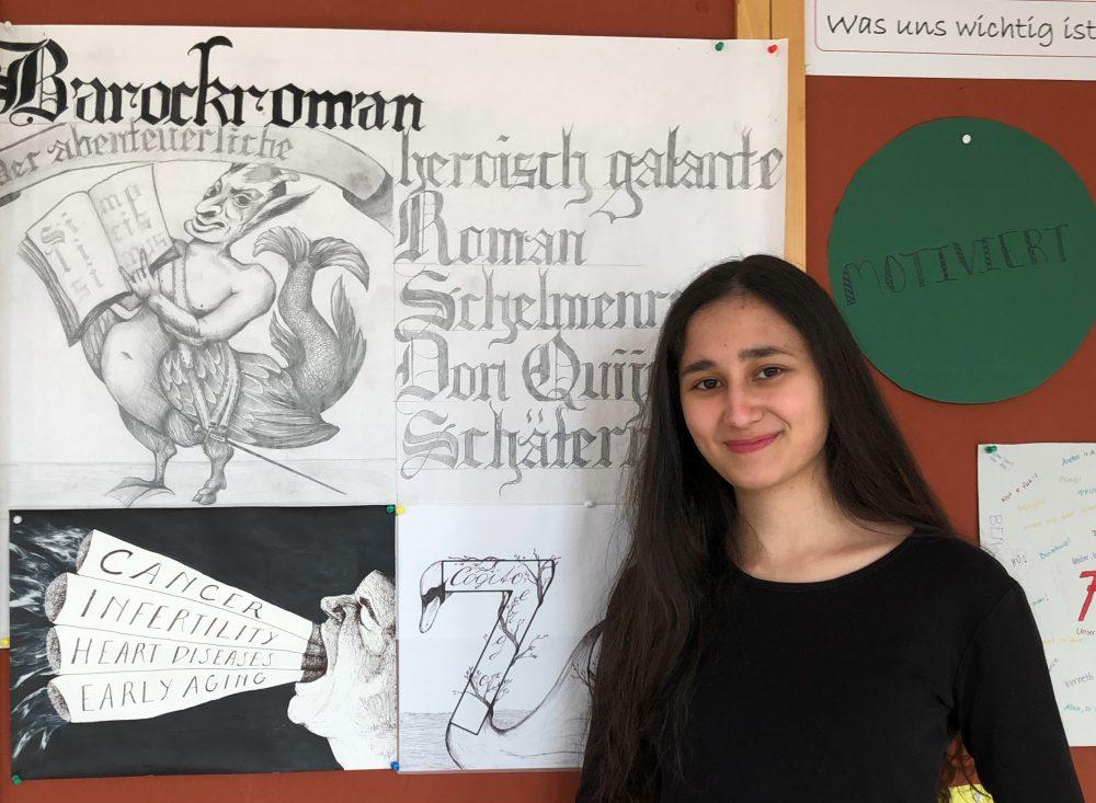 Saida Alimdjanova mit einer ihrer Zeichnungen