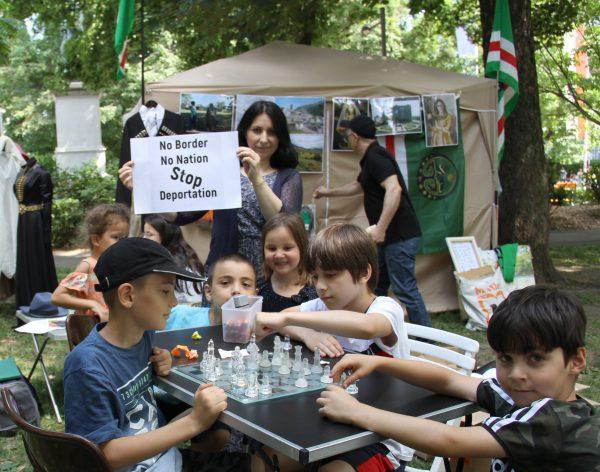 Kinder spielen Schach