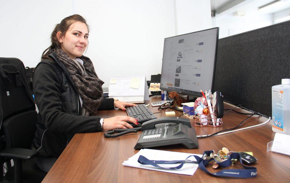 Junge Frau am Schreibtisch mit Computer