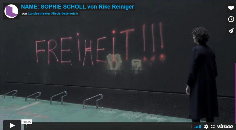 """Schriftzug FREIHEIT an der Wand und die Solo-Schauspielerin: Startbild des Videos der Theater-Aufzeichnung """"Name: Sophie Scholl"""""""
