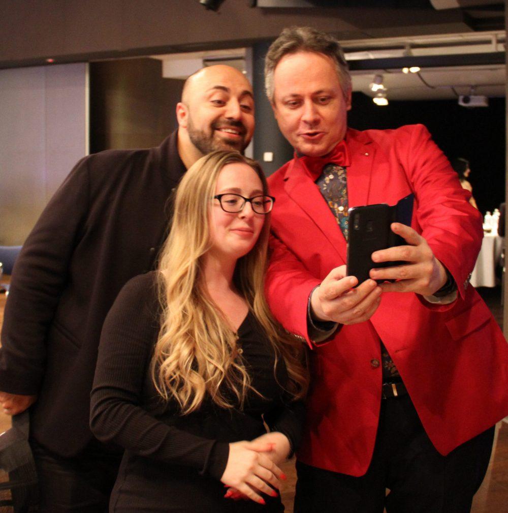 Selfie Ali Mahlodjis mit Vertreter*innen der Floridsdorfer Sieger-Projekte