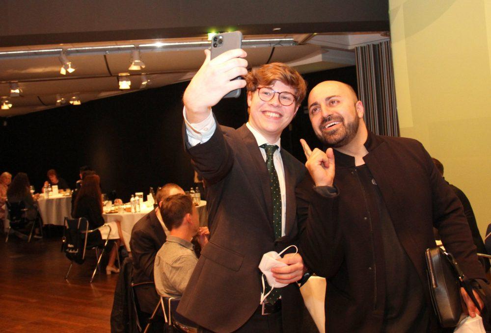 Ali Mahlodji beim Selfie mit Severin Rath