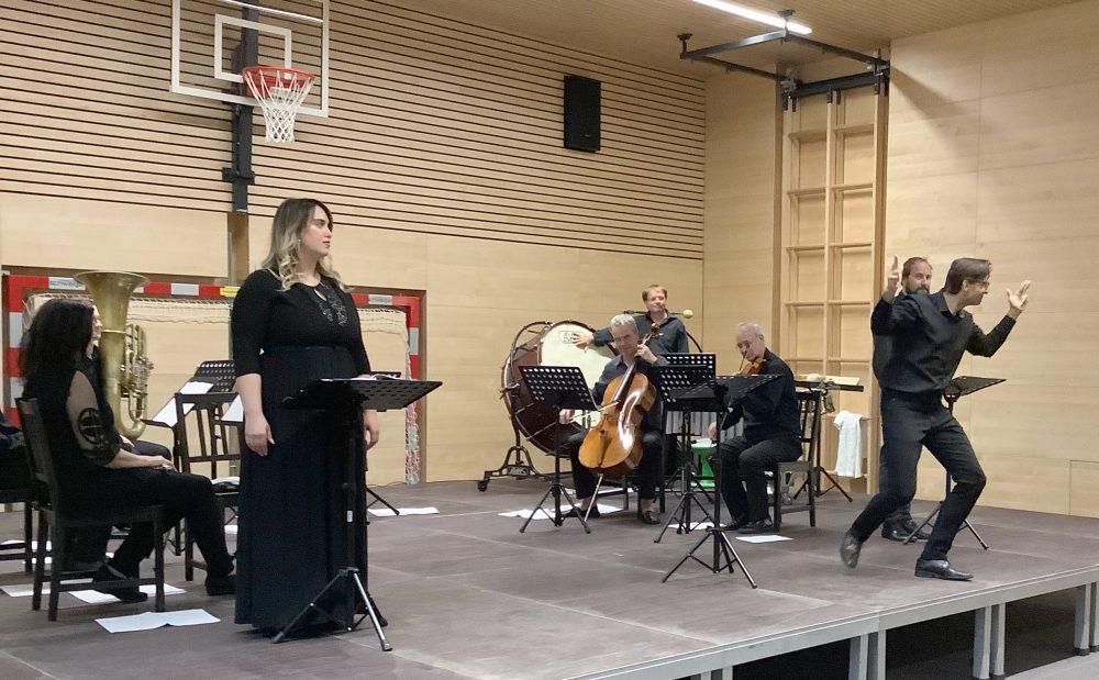 Selma Aljović bei der Aufführung des ARBOS-Ensembles in Hüttschlag (Salzburg)