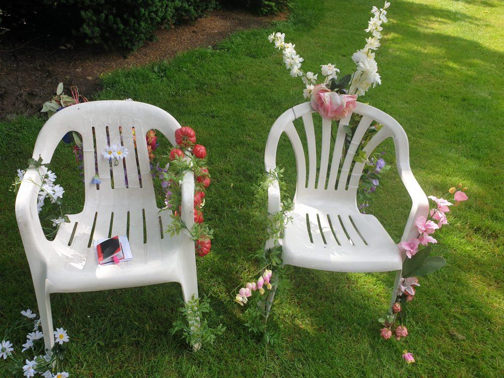 Plastikstühle mit Plastikblumen