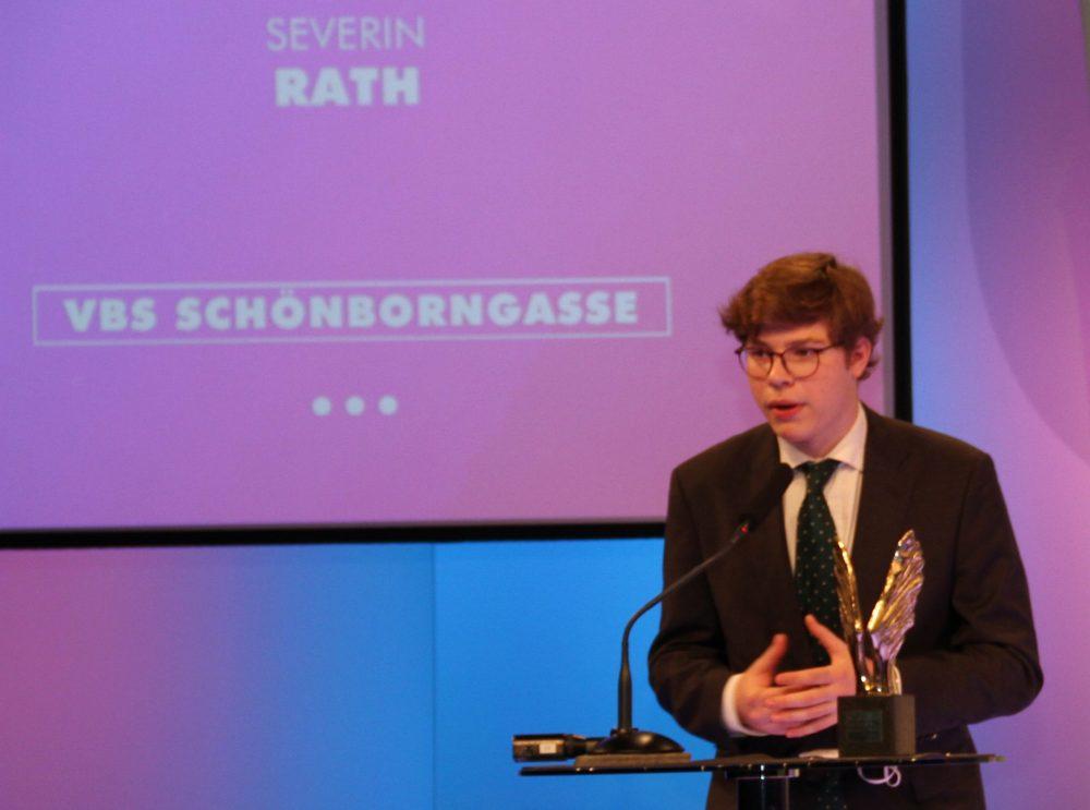 Jugendlicher Severin Rath mit merkur-Statue