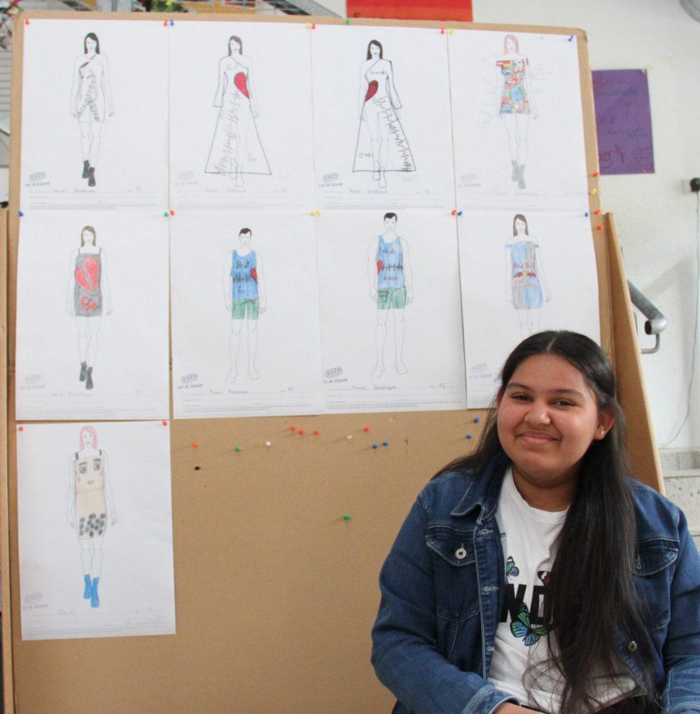 Mädchen mit Mode-Zeichnungen