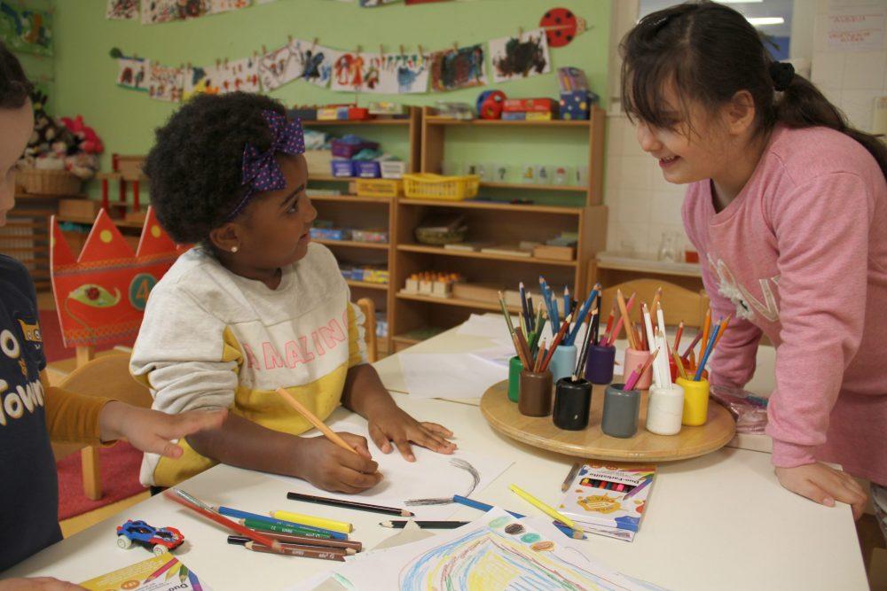 Kinder zeichnen und zeigen Zeichnungen