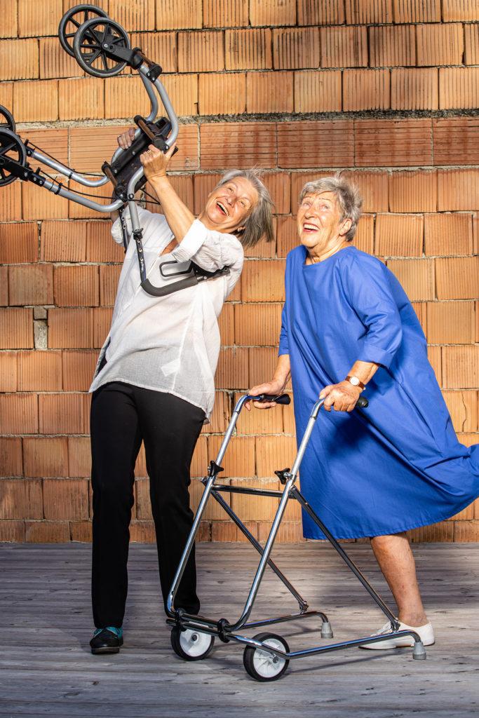 Barbara Klein und Krista Schweiggl tanzen mit Rollatoren