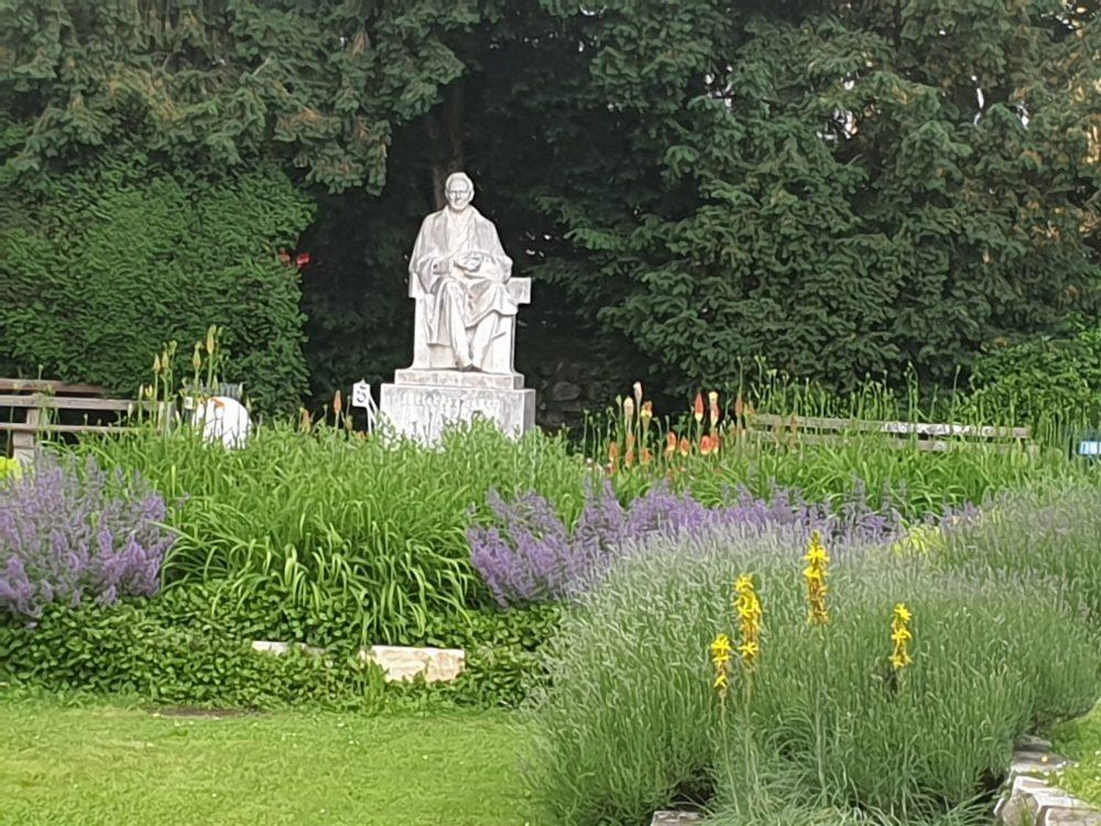 Roseggers Denkmal schräg hinter der Grazer Oper